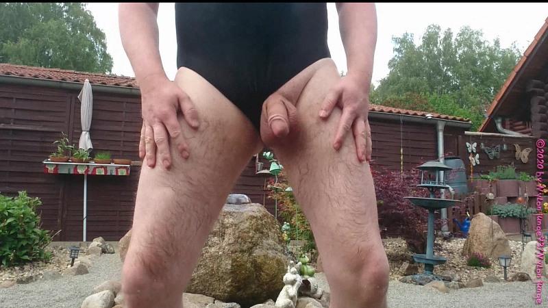 Im Badeanzug am Plätscherbrunnen ** Outdoor ** Gay Download Bild